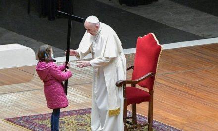 """El Papa Francisco reza el Vía Crucis """"con y por"""" los niños del mundo"""